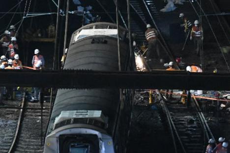 現場工程人員焊接路軌。