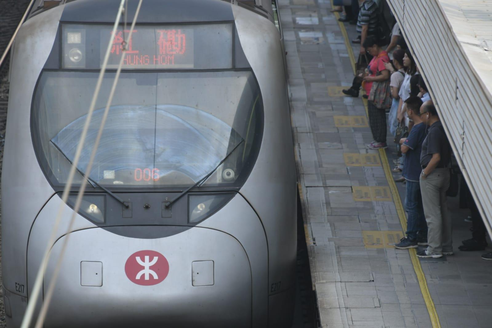 九龍塘站往紅磡方向的月台,擠滿大批乘客。