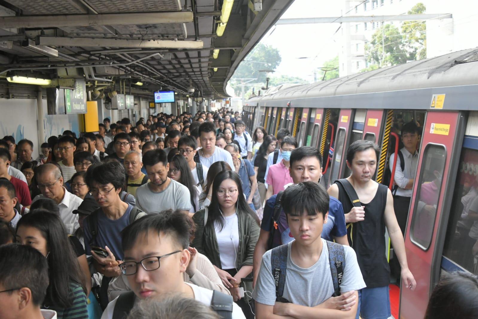 九龍塘站往紅磡方向的月台,擠滿大批乘客,逼滿整個月台。
