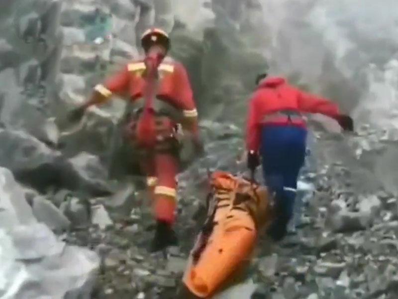 官方回應網傳情侶玉龍雪山殉情,實情是一名24歲男子獨自翻越護欄跳崖。(網圖)