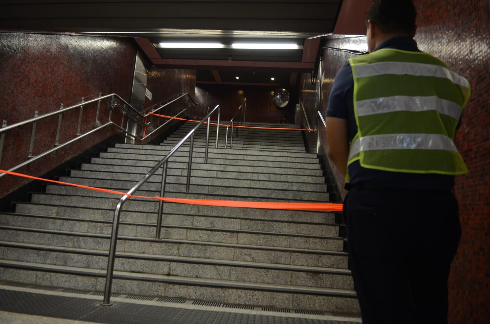 職員用膠帶封起通往B1出口的樓梯。