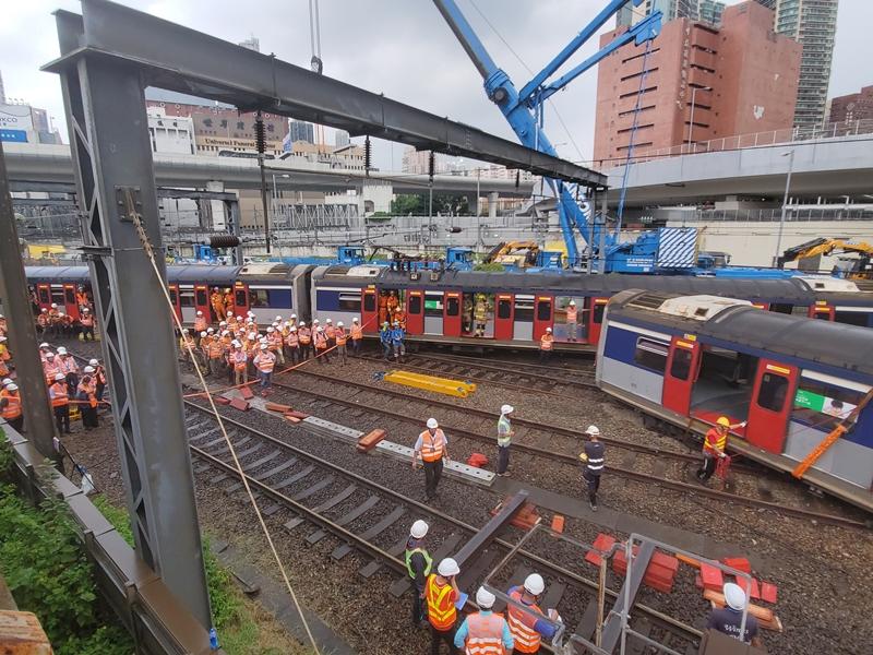 港鐵列車昨發生出軌事故,港媽獲的士乘客義載。資料圖片