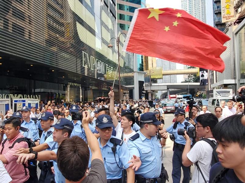 尖沙嘴海港城附近,有約30至40支持香港警察的愛國人士聚集。