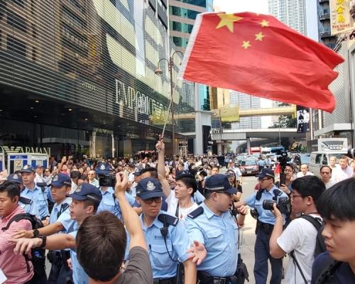 尖沙嘴唱國歌遊行愛國人士被市民包圍 警方護送上警車離開