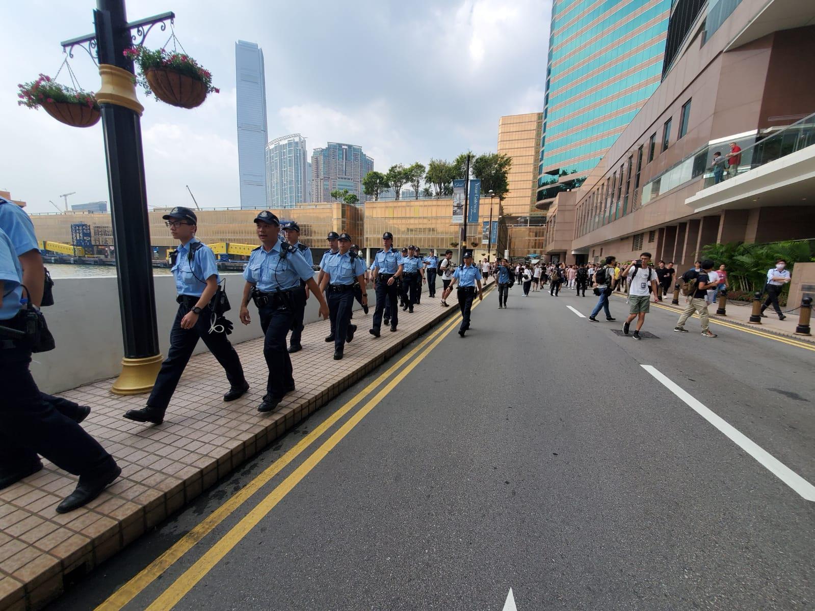 警方開始撤離。