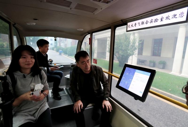 無人駕駛車2018年在上海交大校園實驗性運行,乘客可以通過觸控螢幕或AI語音溝通系統調整目的地。(新華社)