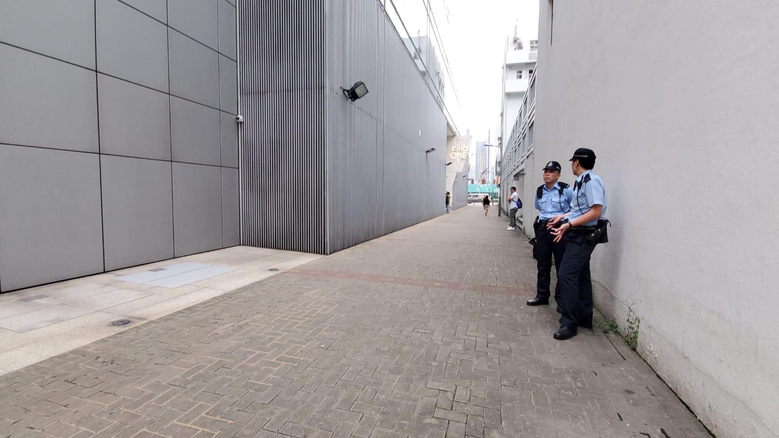 有兩名警員在婚宴場地外附件戒備。
