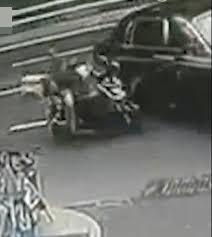 外賣電單車與千萬勞斯萊斯相撞,目擊者們:外賣員要賠慘。影片截圖