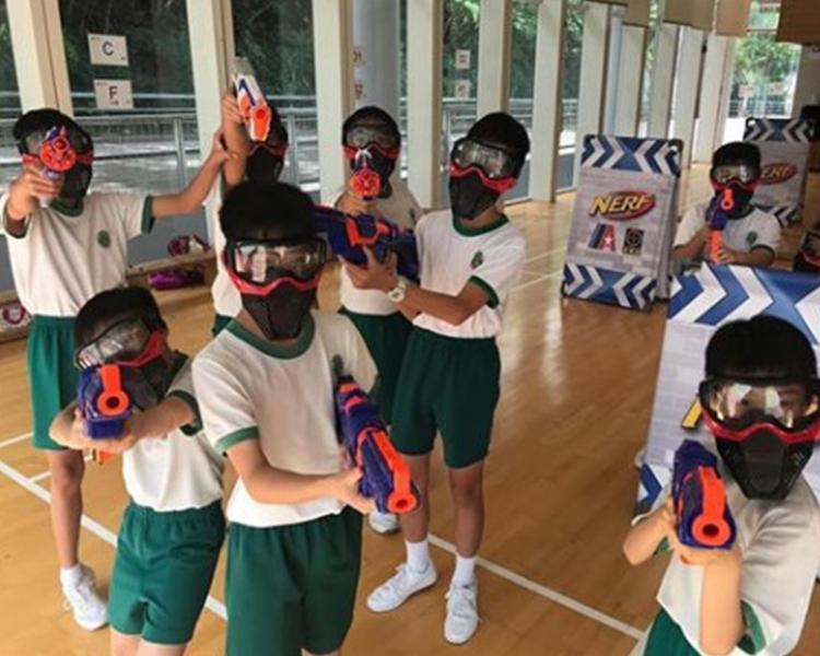 校方澄清,學生的裝束為活動期間作保護之用,與最近本港的社會事件無關」。網上圖片