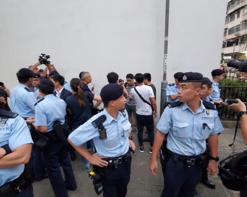 網傳警員新蒲崗擺酒大廈外有黑衣人士聚集 警員戒備