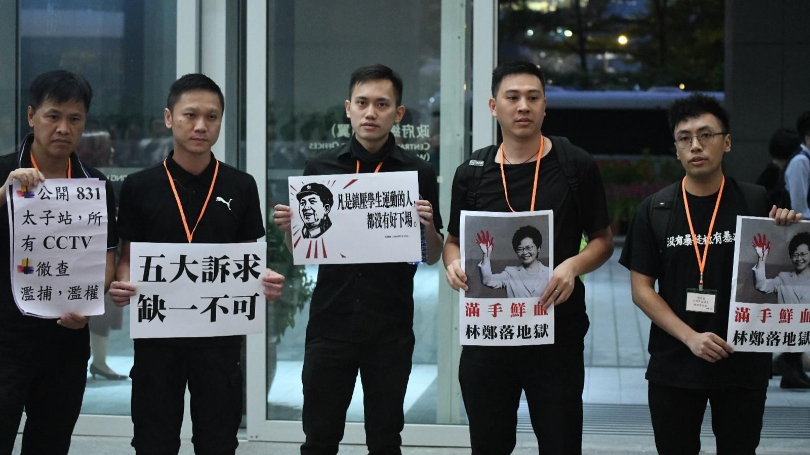 【修例風波】林鄭政總晤區議員 5沙田區議員持示威標語進場