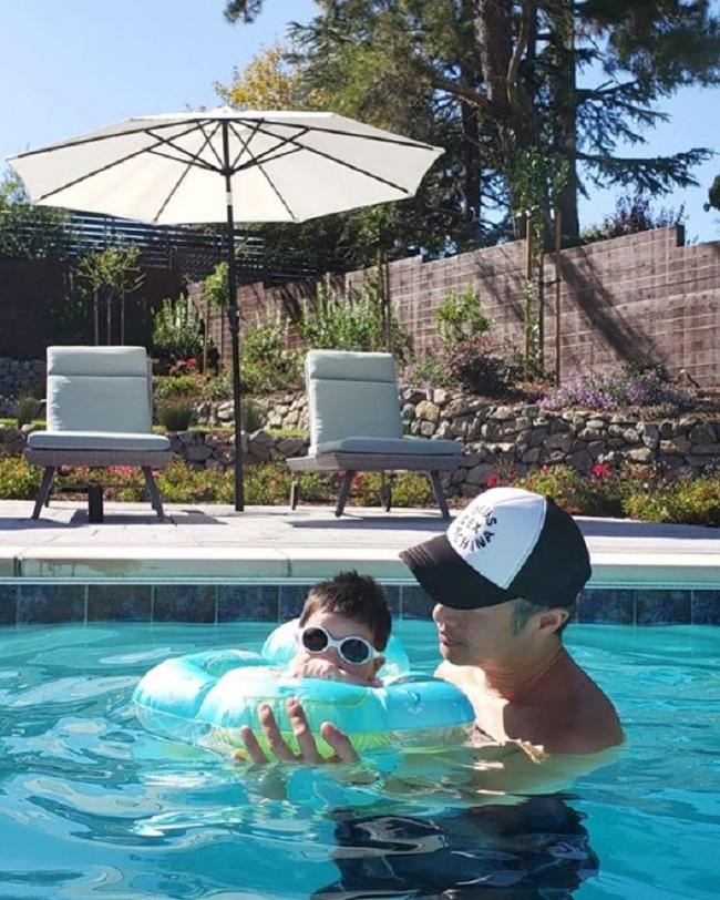 樂基兒囝囝戴黑超萌爆由爸爸照顧。網上圖片