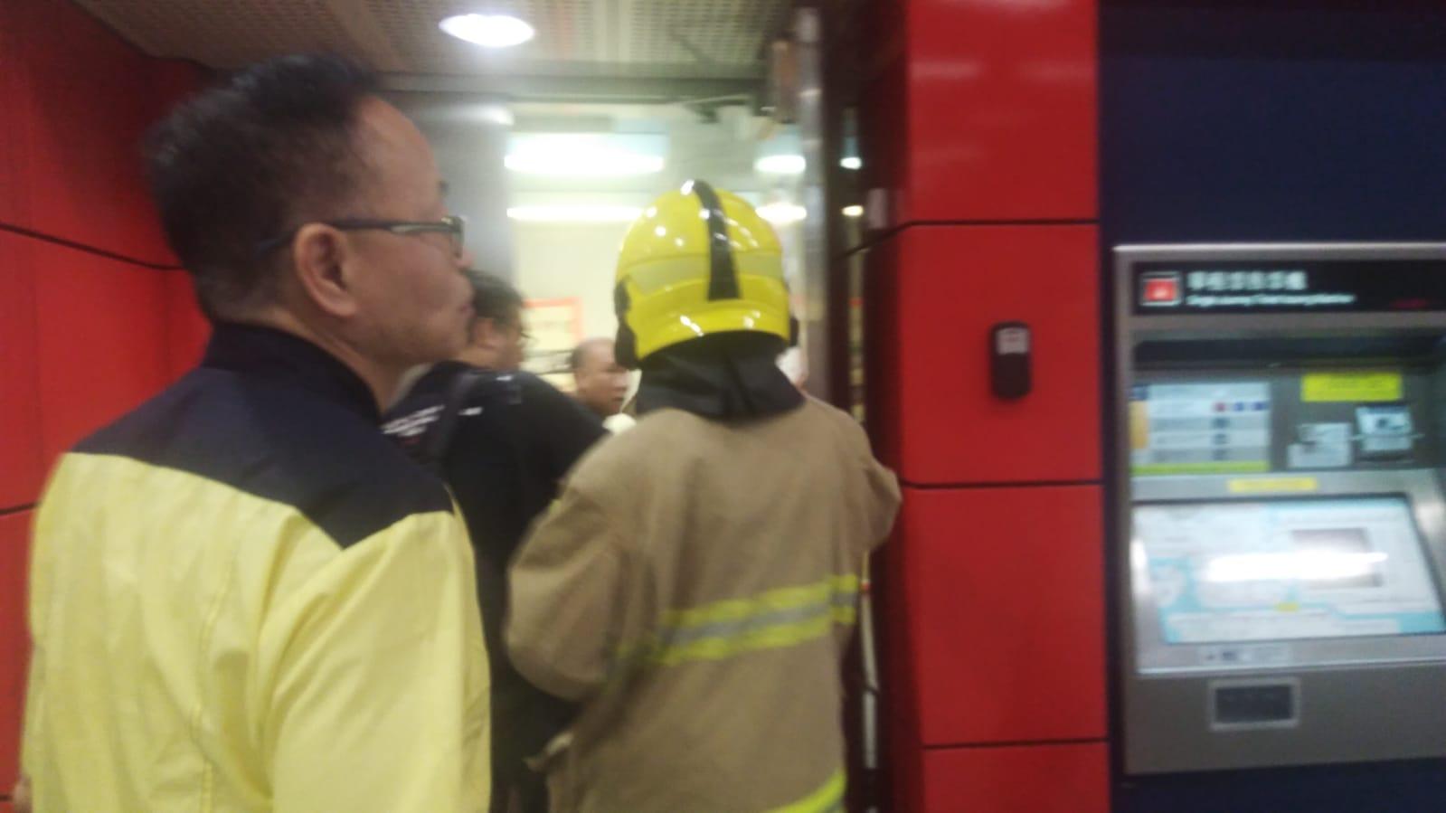 消防員到場了解冒煙源頭。