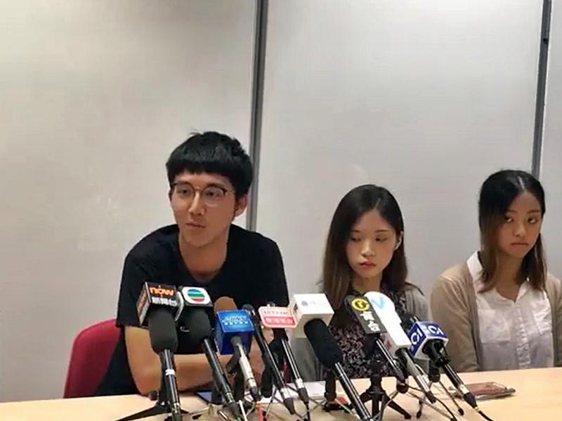 蘇敬華(左)希望校方不要追究聲援的學生。