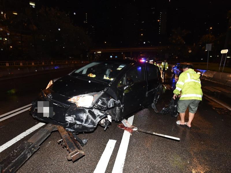 一輛私家車告士打道撞壆翻側。