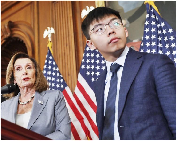 黃之鋒在記者會上感謝美國跨黨派的共識。左為佩洛西。AP