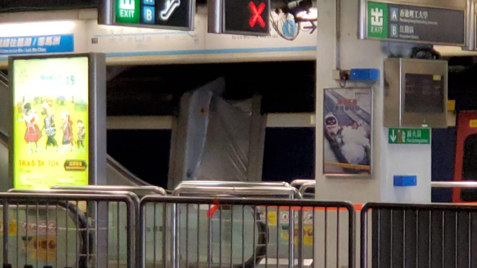 出事車卡停在一號月台,被銀布遮蓋。 歐陽偉光攝