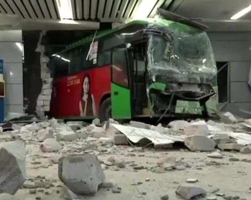 深圳北站巴士破牆而出嚇壞乘客 警方:司機操作失誤