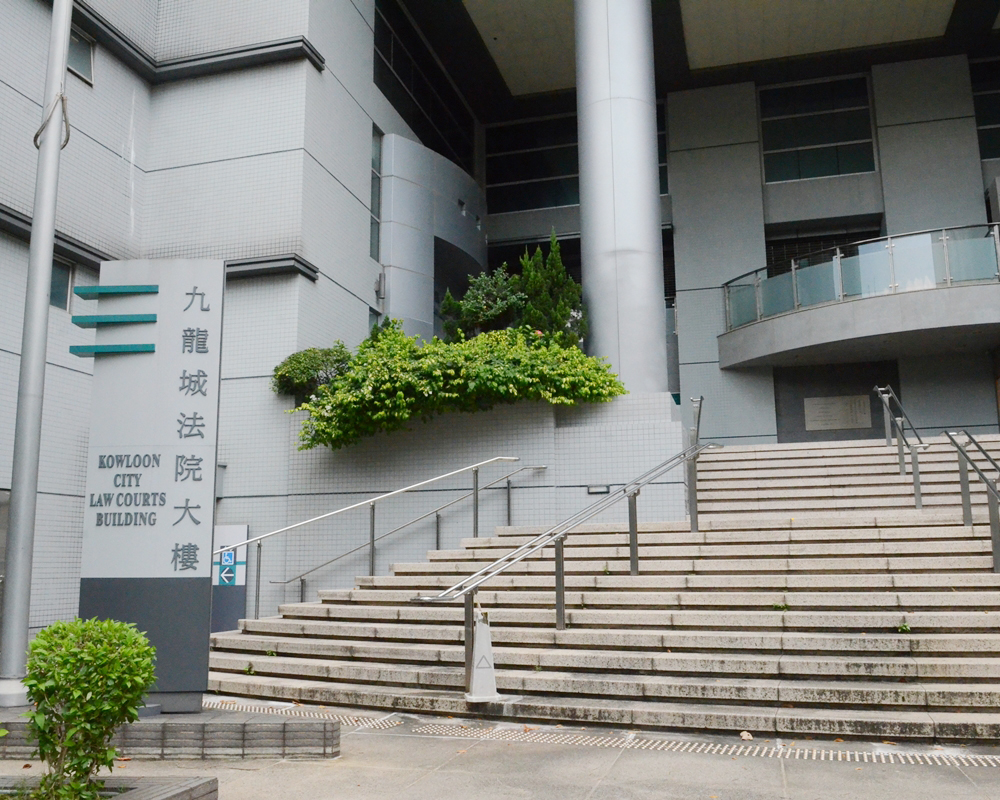 被告在九龍城裁判法院否認2項虐兒罪。 資料圖片