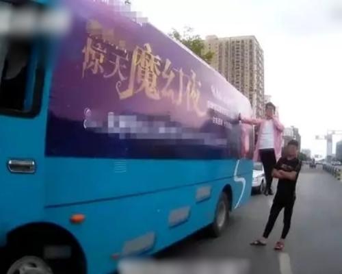 徐州男子「懸浮」在大巴外  被交警截停扣查
