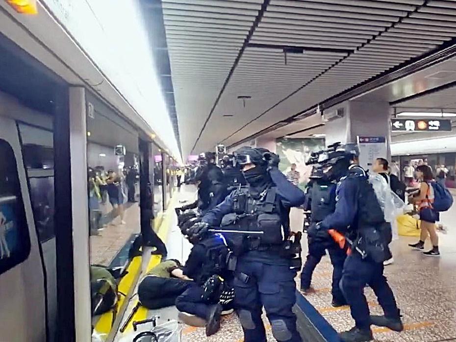 太子站警方拘捕示威者。無綫新聞截圖