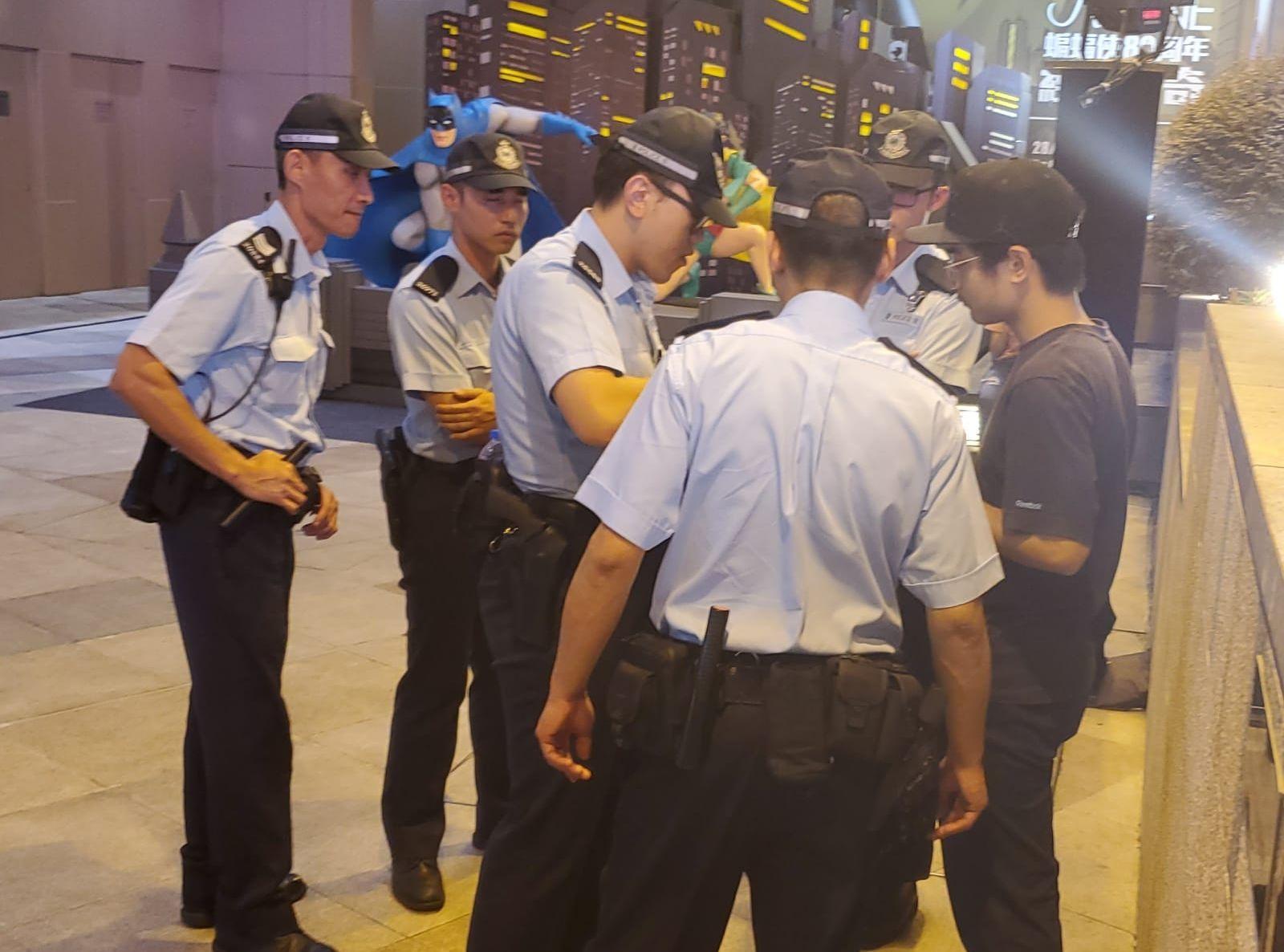 警員晚上在加連威老道截查可疑人士。