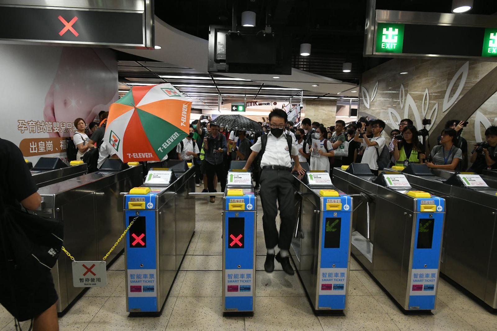 有人在沙田站跳閘機。