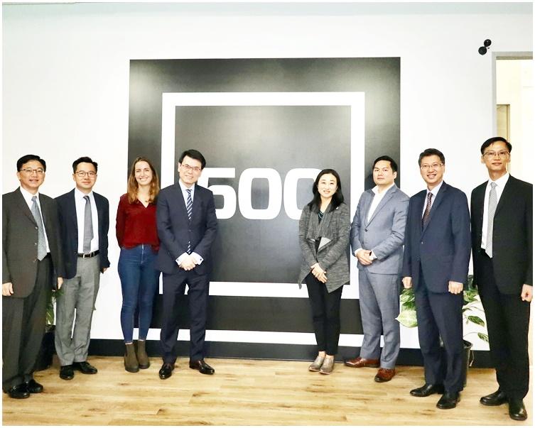 邱騰華(左四)在三藩市參觀創業投資基金公司500 Startups。與該公司的代表合照。