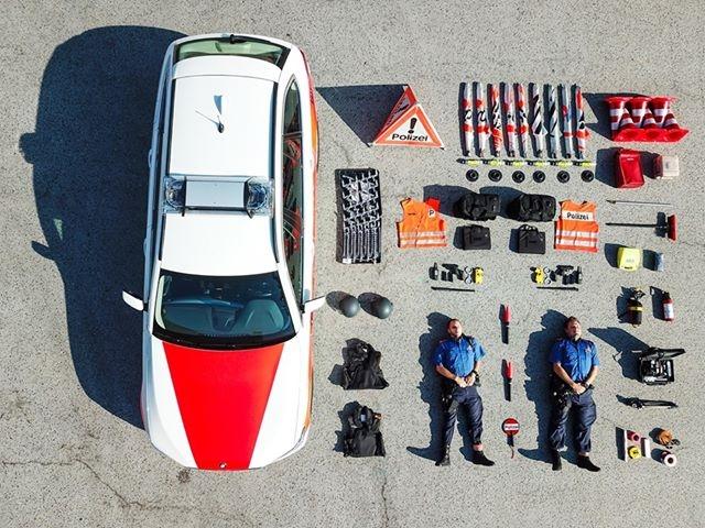 瑞士警局的一張航拍警車裝備照,意外引發全球裝備開箱挑戰。(網圖)