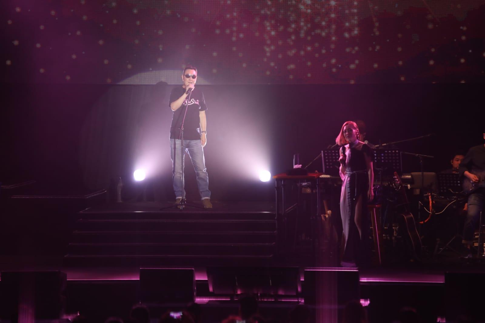 田爸爸一身T恤、牛仔褲戴黑超打頭陣獻唱。
