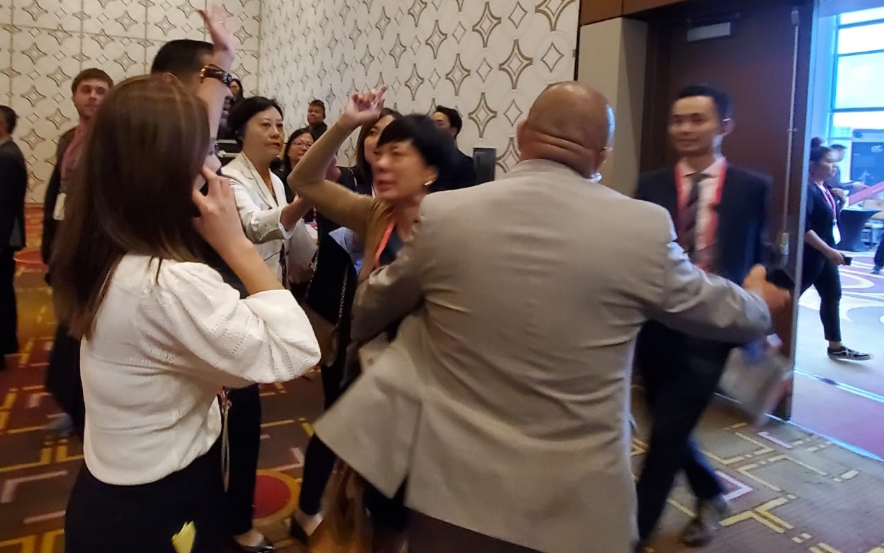 【洛杉磯直擊】貿發局赴美宣傳遭「踩場」 3華人高叫「光復香港」被拉走