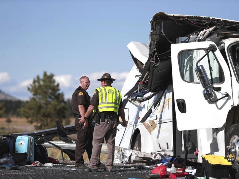 美旅遊巴車禍最少4死15傷。AP