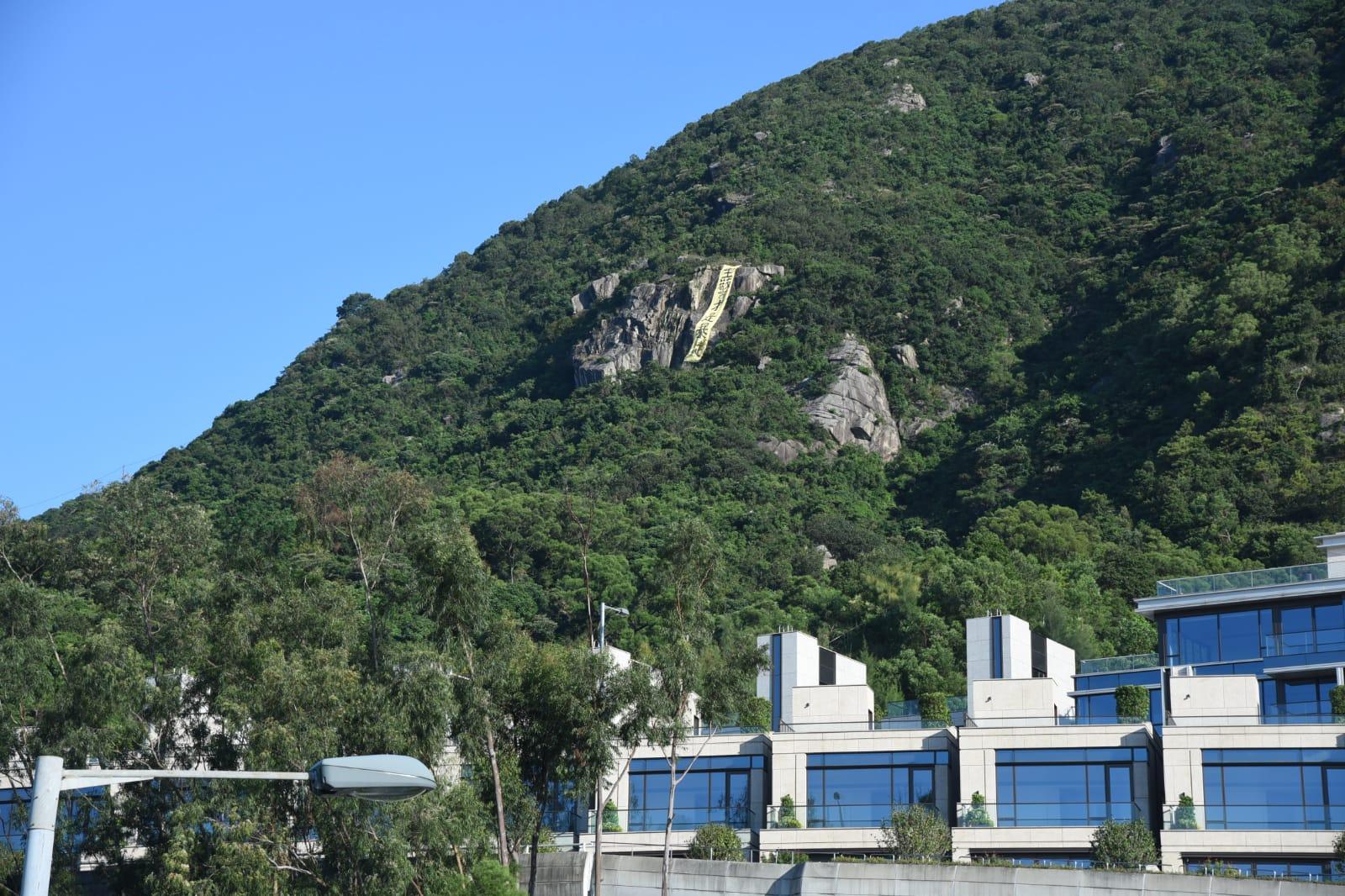 直幡掛於豐力樓對上的畢架山山坡。