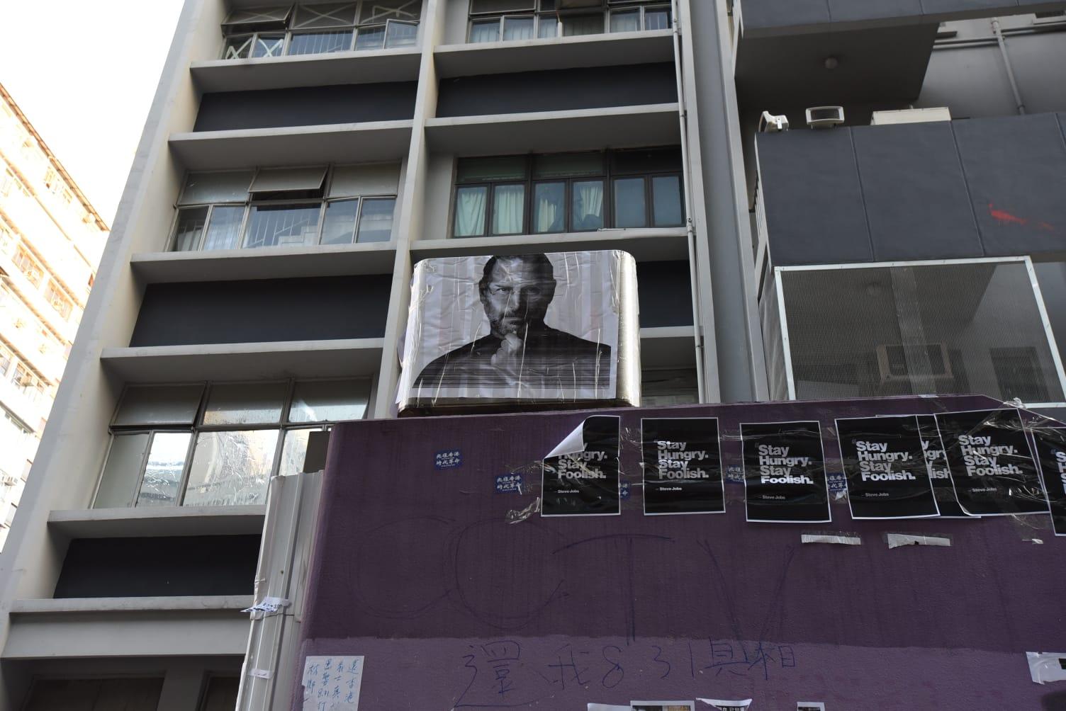太子站出口港鐵標誌被人貼上喬布斯相片。