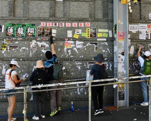 【修例風波】何君堯現身屯門掃地 市民多區清理「連儂牆」