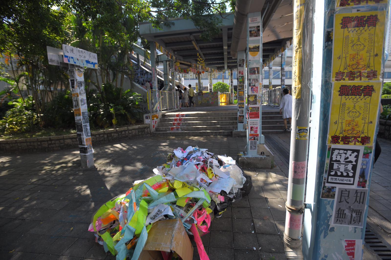 在天水圍,有市民將清出的垃圾放於紙箱內,等候移走。