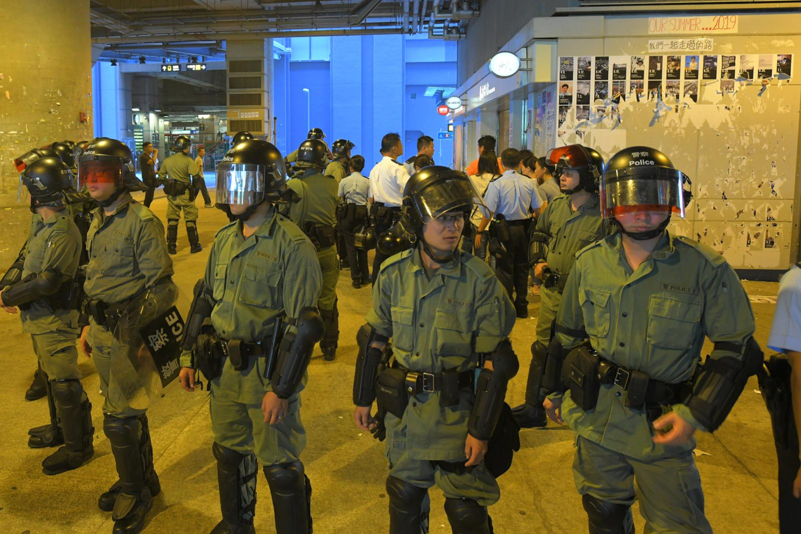 元朗「連儂牆」有防暴警員到場保護清牆人士。