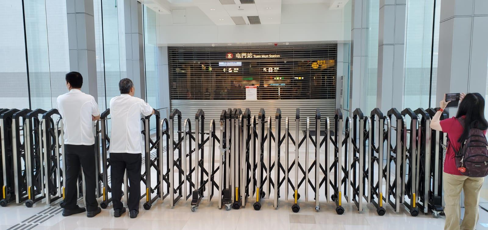 屯門站的部分出口於中午前已先行落閘。