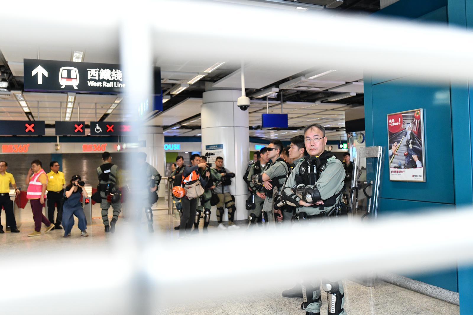 屯門站下午1時起暫關,有防暴警在場戒備。