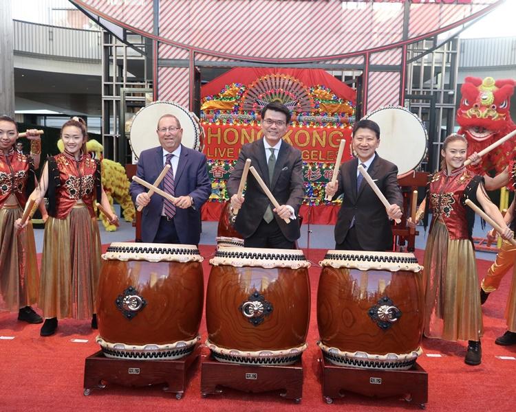 邱騰華(中)與香港旅遊發展局主席彭耀佳(右一)合照。