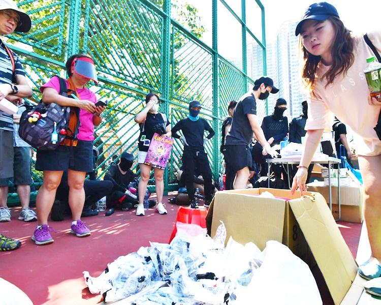 參加者在場領取眼罩物資。