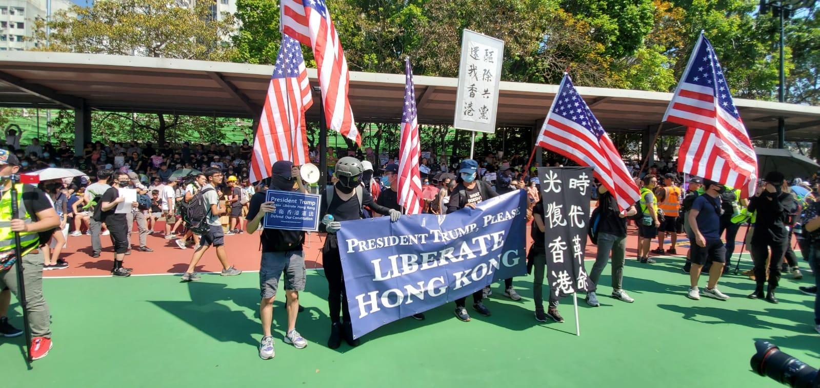 有參加者帶同美國國旗遊行。