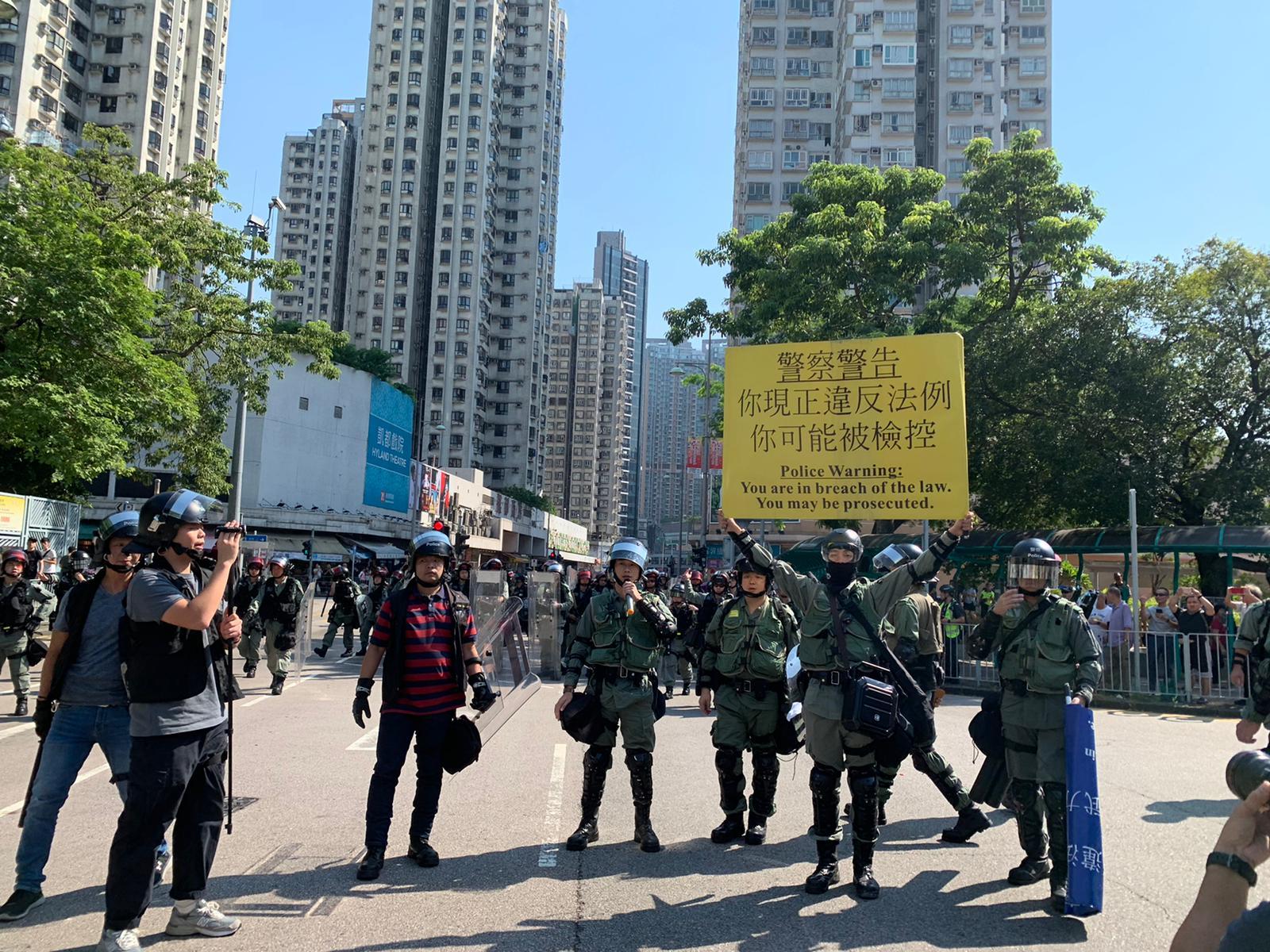 警方舉黃旗警告。