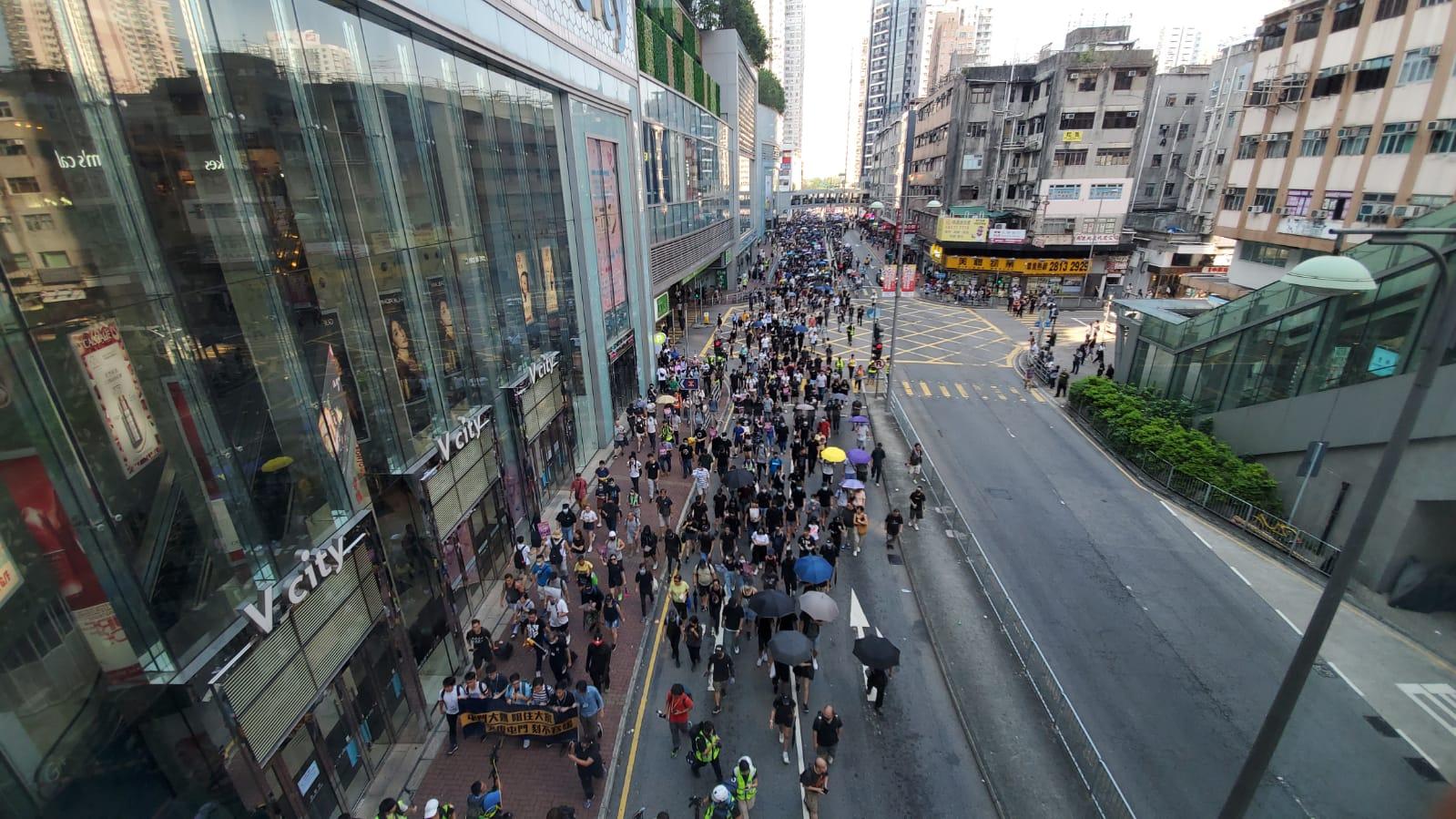 大批人士走出馬路