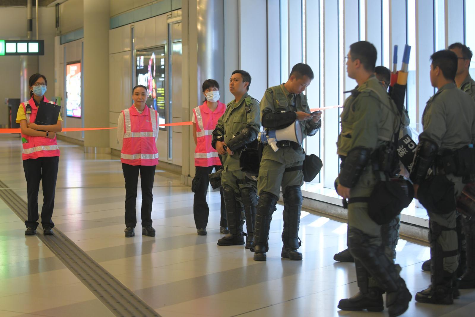 元朗站內有防暴警察戒備。