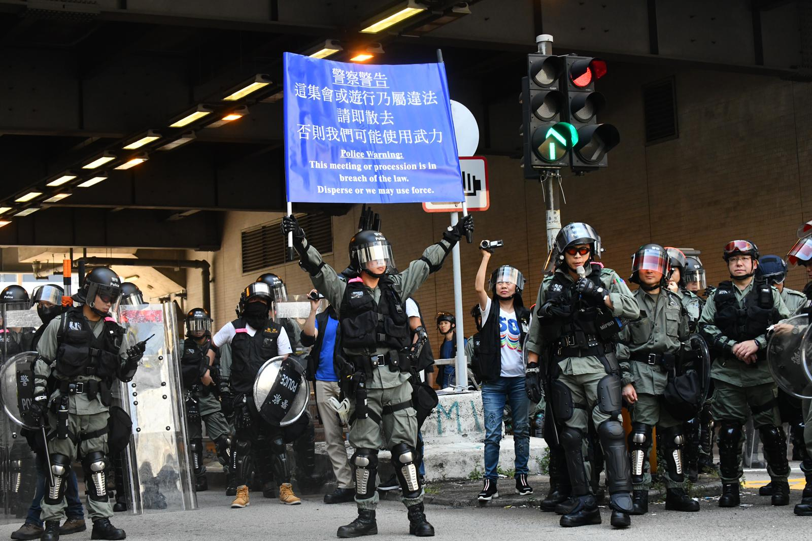 西鐵站外防暴警察舉出藍旗警告