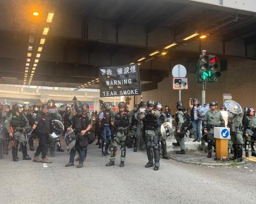 【修例風波】屯門站外示威者聚集對峙 防暴警察展黑旗