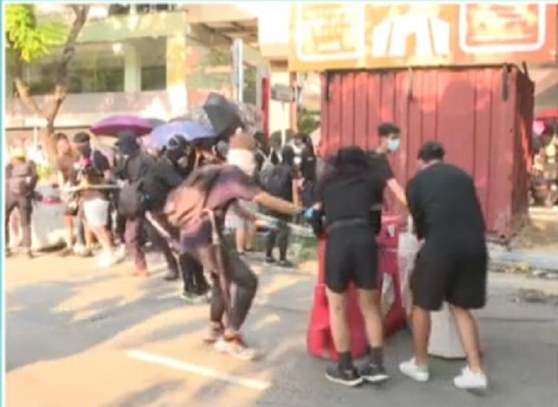 示威者堵塞馬路。有線新聞截圖
