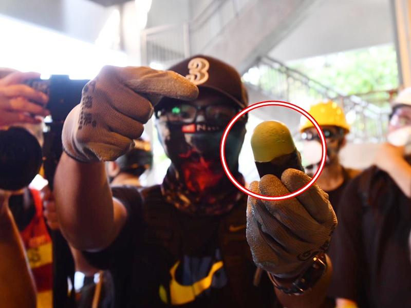 防暴警疑發射海綿彈。