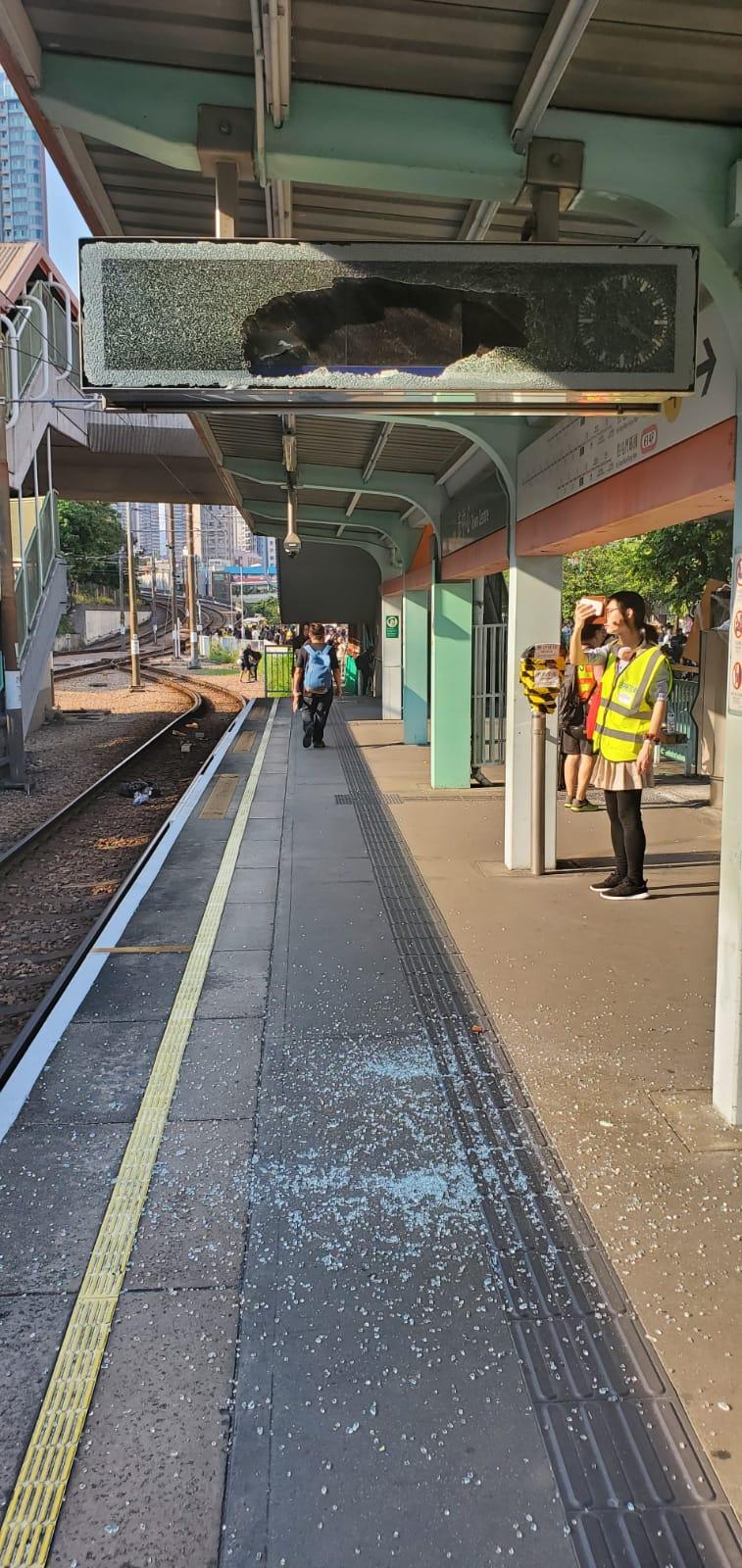 輕鐵站上的顯示屏被破壞。